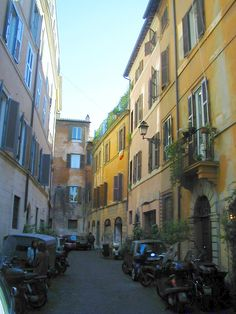 Narrow streets and alleys of Rome