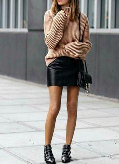 La mini jupe permet d'oser plus d'associations que la robe, mais attention cependant à ne pas tomber dans le fashion faux pas ! Coupe patineuse, crayon ou encore en cuir, daim, de couleur ou imprimée ; saurez vous trouver celle qui vous correspond ?