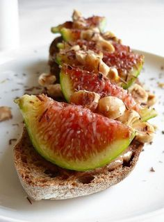 Fig Crostini with Hazelnuts Fig Recipes, Cooking Recipes, Healthy Recipes, Antipasto, Tapas, Good Food, Yummy Food, Appetisers, Food Inspiration