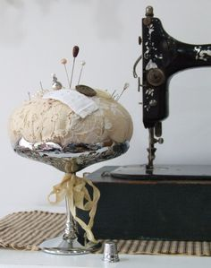 First-Rate Sewing Machine From Fabric To Clothing In Seconds Ideas. Top-notch Sewing Machine From Fabric To Clothing In Seconds Ideas. Vintage Sewing Notions, Vintage Sewing Machines, Needle Book, Needle And Thread, Sewing Hacks, Sewing Crafts, Sewing Projects, Shabby, Sewing Box