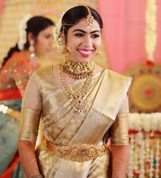 Traditional Southern Indian bride wearing bridal saree, temple jewellery and hairstyle. Indische Sarees, Tamil Brides, Indian Bridal Wear, Indian Wear, Indian Style, Temple Jewellery, Gold Jewellery, Saree Jewellery, Jewellery Designs