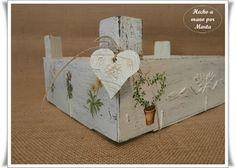 upside down box Diy Wooden Crate, Wooden Crates, Wooden Art, Crate Crafts, Wood Crafts, Diy And Crafts, Decoupage Art, Pretty Box, Box Art