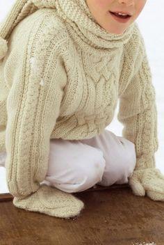 Un pull tricoté en mailles torsadées pour garçon / a white knit sweater for boy