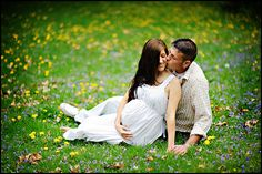 Photography:  13 MATERNITY Portrait Posing Ideas; Pregnancy photo poses.