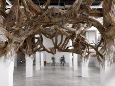 Henrique Oliveira. Baitogogo    Prenant la forme de peintures, sculptures ou installations, l'art hybride d'Henrique Oliveira convoque à la fois l'urbanisme et le végétal, l'organique et le structurel, mais aussi l'art et la science à travers des compositions