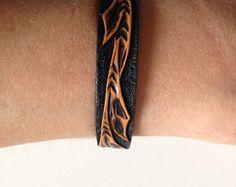 Bracelet en cuir repoussé, motif branche sculptée