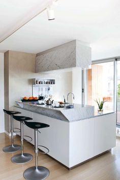Du marbre pour cette cuisine blanche avec îlot
