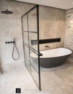 (De Eerste Kamer) Stoer, strak en stijlvol! De gave douchewand in deze badkamer.