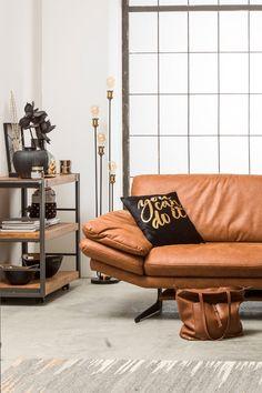 Kombiniert man die modernen, geradlinigen Möbel mit warmen Cognactönen und goldenen Dekoelementen, wirkt der Stil wärmer und wohnlicher. Eames, Loft, Lounge, Chair, Furniture, Home Decor, Minimalist, Homes, Dekoration