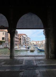 Appena al di là di Rialto, appena la di là del turismo di massa.  Rialto, mercato del pesce, Venezia.