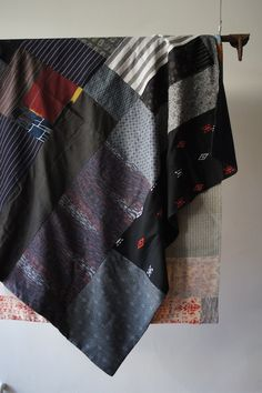 Great darker schemed kimono blanket available in the Grau store.