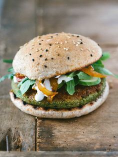 Erbsen-Falafel Burger mit Ruccolasalat, Gurke, Tomaten-Zwiebel-Chutney und einer… Pea falafel burger with rocket salad, cucumber, tomato and onion chutney and cashew cream Falafel Burgers, Vegan Burgers, Salmon Burgers, Vegetarian Recipes, Cooking Recipes, Healthy Recipes, Beste Burger, Veggie Sandwich, Gula