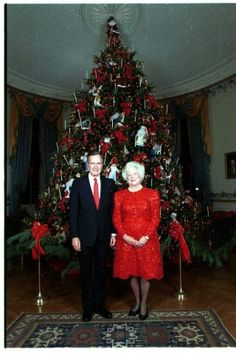 White House Christmas Tree, Christmas Past, All Things Christmas, Christmas Themes, Vintage Christmas, Christmas Pickle, Christmas History, Barbara Bush, Laura Bush