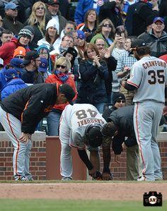 Bruce Bochy, Dave Groeschner & Brandon Crawford check out Pablo Sandovals leg