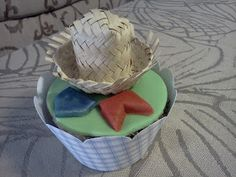 Cupcake junino decorado com chapéu de palha