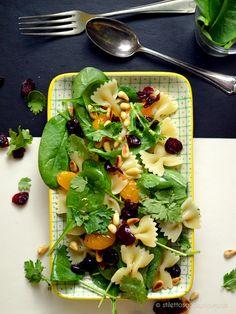 Veganer Pasta-Salat mit Babyspinat, Mandarinen, Cranberries, Koriander und gerösteten Pinienkernen in Teriyaki-Dressing – gesund, fruchtig, sommerlich lecker #vegan #healthyeating