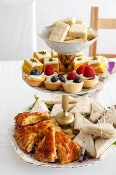 Teatime - herzhafte und süße Snacks auf einer Etagere - Shortbread - Carrot Cake Petits Fours - Sandwiches - Knusperkörbchen mit Lemon Curd - Cheddar Scones - Afternoon Tea - High Tea