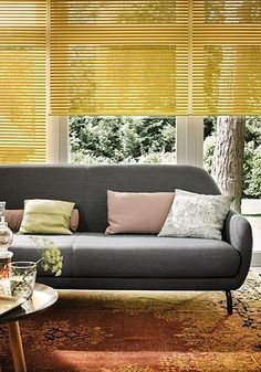 De laatste jaren duikt de kleur geel ineens overal op. Als behang of muurverf, in kussens, kleden en draadmanden en zelfs als raamdecoratie. Geel is een echte trendkleur, die niet mag ontbreken in uw interieur. Hoe u deze opvallende kleur het beste kunt toepassen, vertellen we hieronder.