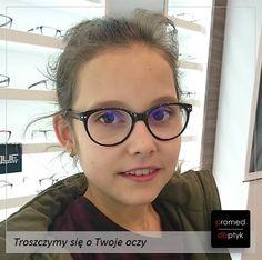 Matylda w nowych okularach :). Ślicznie i praktycznie. Matylda ma szkła ze specjalną powłoką filtrującą, chroniącą jej oczy podczas zabawy/pracy z komputerem, tabletem, czy komórką. Przesyłamy pozdrowienia dla Matyldy. #optyk #optometrysta #okulista #okulary #prevencia #crizal #junior