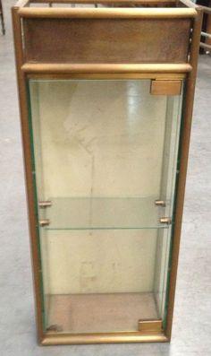 vitrine en laiton trois face vitrées tubulure cannelée . XX  siècle .