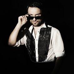 """Megastar Tarkan, müzik kariyerine başladığından beri Türkçe albümlerinde çalıştığı tek aranjör olan Ozan Çolakoğlu'nun ilk albümü """"01″ için seslendirdiği yeni şarkısı """"Aşk Gitti Bizden""""in video klibini resmi Youtube kanalında yayımladı. Sözü ve müziği Tarkan'a, düzenlemesi Ozan Çolakoğlu'na ait hareketli şarkının video klibi Gaya Film'den Emrah Gamsızoğlu yönetmenliğinde çekildi."""