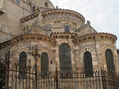 Basilique Notre-Dame-du-Port (XIe-XIIe), Clermont-Ferrand - 46) IMAGES REVUES 2012: C'est la principale différence avec la structure du corinthien roman dont l'abaque n'est pas une tablette indépendante mais fait corps avec la corbeille qui elle surmonte mais ne déborde pas. Le décor couvrant du chapiteau corinthien est constitué, à la base, de 2 couronnes d'acanthes dont les feuilles sont généralement alternées en quinconce; au-dessus d'elles émergent 2 gaines à collerettes (des…