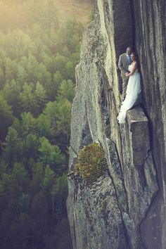 Yes they really are standing on a ledge 350' in the air ~ we ❤ this! moncheribridals.com
