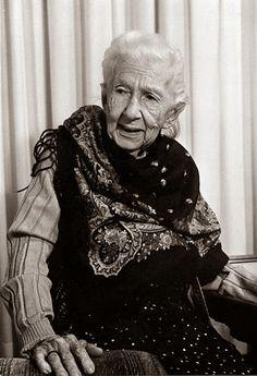 Cora Coralina - venho do século passado e trago comigo todas as idades...  Escritora brasileira.