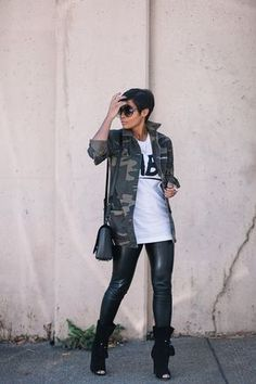 Leather pants and camouflage shirt Mode Outfits, Chic Outfits, Fashion Outfits, Fashion Trends, Look Fashion, Girl Fashion, Womens Fashion, Fall Winter Outfits, Autumn Winter Fashion