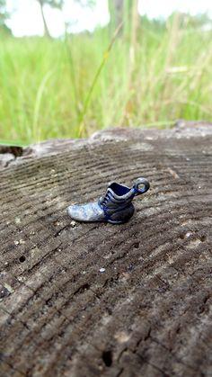 Colgante de metal en forma de zapato antiguo