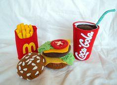 Coca Cola Coca cola z plsti- hračka do dětské kuchyňky či obchůdku. Výška kelímku: 10,5 cm. Pro děti od 3 let.