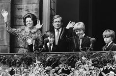 Fotocollectie » Troonswisseling 30 april , na abdicatie verschenen Beatrix en Juliana op balkon …   gahetNA