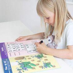 For de yngste som liker å telle, skrive og leke med tall og mengde.  Enkel regnepussel, finn fem feil, 3 på rad, hvor mange dyr i hver rute etc.  Boken er en del av bokserien GØY MED TALL der barna lærer matematikkens grunnleggende regnearter og hvordan disse henger sammen. Barna skal kunne se, lese, telle og skrive, alt etter alder og utvikling.  Alle sidene er laminert slik at barna kan skrive og vaske bort, om og om igjen. Playing Cards, Barn, Education, Creative, Converted Barn, Playing Card Games, Onderwijs, Learning, Game Cards
