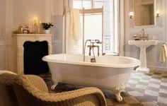 décoration salle de bains de style vintage, baignoire sur pieds et sol en pierre