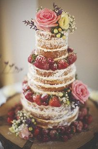 El postre, un pastel sencillo decorado con flores y hierbas frescas.   25 Ideas que te inspirarán a tener una boda campirana