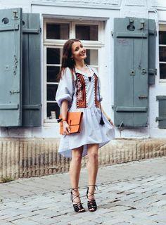 Boho dress with embroidery by H&M. Boho outfit. Orange and light-blue dress. Black lace-up heels by Asos. The Fashion Rose Dieses Kleid ist so traumhaft schön und als ich es bei H&M entdeckt habe, musste ich es einfach kaufen. Orange ist ja gar nicht so meine Farbe, aber dieser Farbton geht eher in Richtung Koralle und meine Clutch im gleichen Farbton harmoniert zufälligerweise perfekt dazu. Manchmal lohnt es sich eben doch in Accessoires in ausgefalleneren Farben zu investieren.