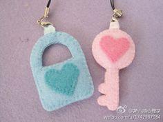 lock n key Dyi Crafts, Felt Crafts, Arts And Crafts, Kawaii Felt, Kawaii Jewelry, Felt Diy, Couture, Felt Flowers, Scrappy Quilts