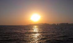 석양이 지는 모습을 좋아합니다.  특히 저 바다에 반사되서 붉은 빛이 일렁거리는 모습이 너무 좋습니다.