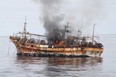 El pesquero 'fantasma' japonés, tocado y hundido - US Coast Guard fires on tsunami 'ghost ship'