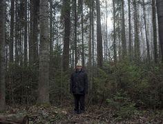 Nhiều du khách cũng tin rằng vẫn có phù thủy tồn tại trong cộng đồng người Mari, đặc biệt là ở trong các ngôi làng trong rừng. Trong ảnh là người đàn ông Mari đứng trong khu rừng thiêng của cộng đồng và đang chuẩn bị cầu nguyện.