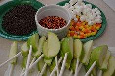 Halloween Caramel Apple Bar add drizzled caramel to the apples with chocolate chips, candy corn, marshmallows, sprinkles on the top then ready to eat right away Carmel Apple Bars, Caramel Apple Bites, Caramel Apples, Caramel Dip, Carmel Bar, Caramel Candy, Fete Halloween, 31 Days Of Halloween, Halloween Treats