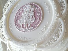 Royal icing collar, pressure piping for the Three Graces