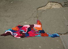 Juliana Santacruz Herrera. Parisian Artist who patches the street with yarn