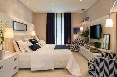 """O espaço, assinado pelo escritório Prado Zogbi Tobar, é um dormitório para um casal jovem e descontraído. Azul marinho e cru são as principais cores utilizadas, combinando com os tecidos naturais, como linho, algodão e camurça. """"Dentro de uma proposta descontraída, conseguimos através dos móveis claros e tecidos naturais um resultado elegante e atemporal"""", contam as arquitetas Eliane Zogbi e Gabriela Prado, e a designer de interiores Veridiana Tobar."""