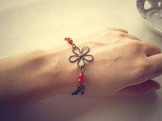 Bracciale donna ottone naturale perle rosse Swarovski, by Ggioielli via Etsy 17.50 euro