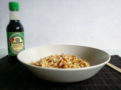 """Fideos de arroz con gambitas atún guisantes y el toque de la salsa #kikkoman """"con menos sal""""  Tienes que probarlo! RICO RICO  Ideas como esta en mi blog LINK EN BIO  www.estupendos40.com #estupendos40  Hidratamos los fideos en agua caliente durante 5 o 6 minutos. En un wok saltearlos con el resto de ingredientes. Servir y condimentar con la salsa de soja  FELIZ TARDE!"""