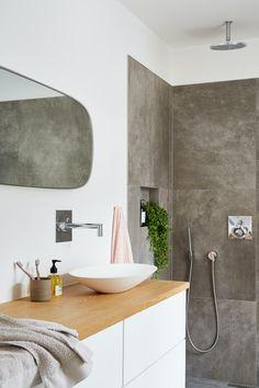 Se huset som ble kalt Danmarks vanskeligste oppussingsprosjekt | Boligpluss.no Amazing Bathrooms, Sweet Home, Bathtub, Cottage, Mirror, House Styles, Interior, Furniture, Home Decor