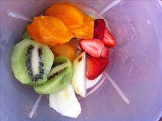 ...un grupo multicolor de frutas.  Hoy, día primaveral casi. Decidimos preparar un excelente licuado de frutas para energizar nuestra mañana. mmmm...