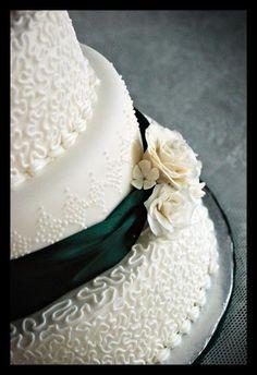 Emerald Green bow on wedding cake  #coloroftheyear #pantone #emerald