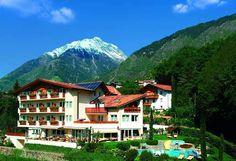 Urlaub im Burggräflerhof bedeutet Wellness und Wandern inmitten saftiger grüner Wiesen in Algund bei Meran in Südtirol. #Urlaub #holidays #travel #Sommer #summer #wandern